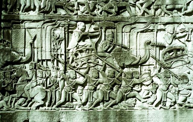 யானை மீதும் குதிரை மீதும் வீரர்கள்